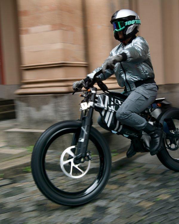 BMW Vision AMBY: Konzeptfahrzeug zwischen Motorrad und Fahrrad